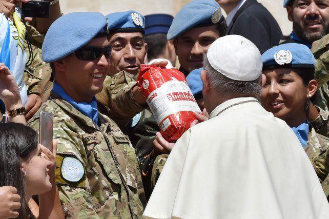 Alegría. Francisco sostiene el paquete de yerba ofrecida por los militares que integran misiones de paz.