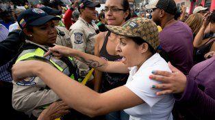 Tensión social. Venezolanos pasan horas haciendo colas en los súper.