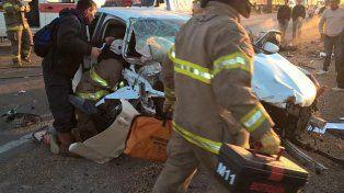 Bomberos trabajan en el rescate de una de las víctimas.