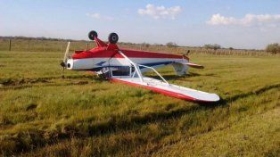 Una avioneta tuvo una falla en el motor y terminó estrellada a un costado de la autopista