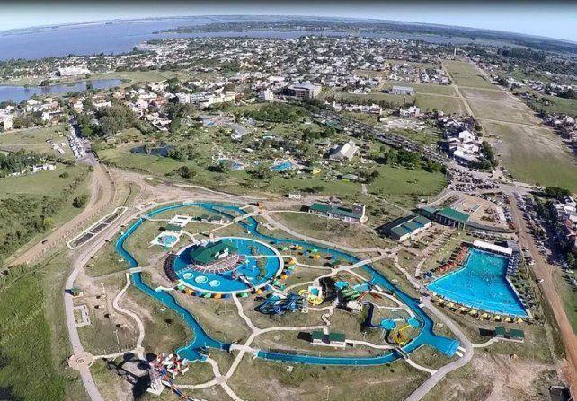 Gigante que atrae El complejo termal y el parque acuático.
