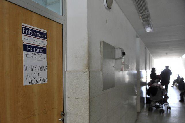 imagen repetida. El cartel en el que se anuncia la falta de vacunas antigripales es una constante en los centros de salud.