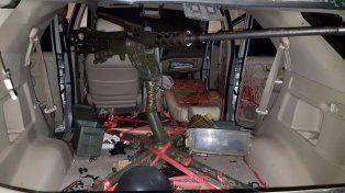 Un vehículo que utilizaron los sicarios con una ametralladora de gran porte.