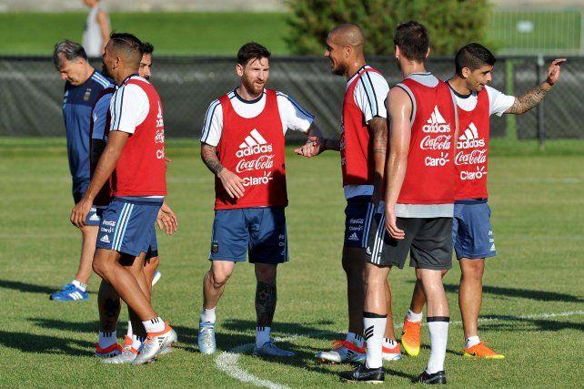 Rodeado. Messi saluda a Maidana tras la práctica en un campo de Harvard