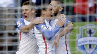 Figura clave. El goleador estadounidense Dempsey celebra la primera anotación del partido con sus compañeros.