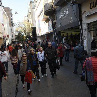 La peatonal Córdoba esta mañana a pleno. Los comercios trabajan con normalidad.