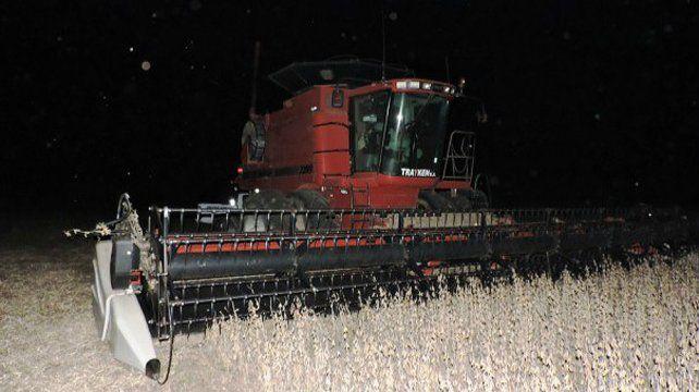 El hombre resbaló al intentar subirse a la cosechadora en movimiento.