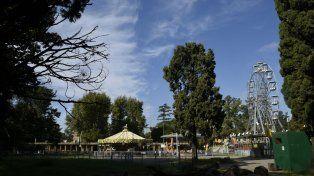 Los juegos se asomaban en medio de la vegetación del pulmón más grande que tiene Rosario.