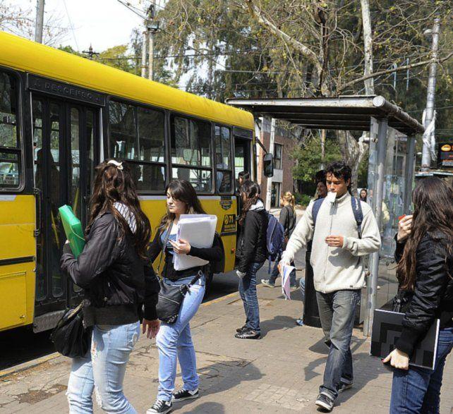 El incremento de alumnos que tramitan el medio boleto sube al ritmo de los bolsillos flacos estudiantiles.