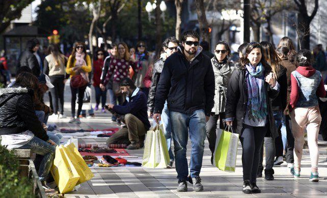 Con bolsas. Los clientes hicieron las compras aprovechando que no tenían que ir a trabajar. Los manteros tampoco se perdieron la jornada.