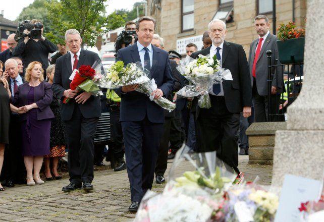 Homenajes. El premier David Cameron y el líder laborista Jeremy Corbyn depositan flores en el lugar del crimen
