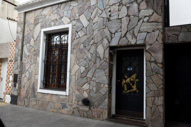 En la puerta. Samuel Q. es peruano y vive en una pensión de barrio Azcuénaga.