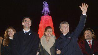 Guardia. Macri y su esposa acompañaron al gobernador durante la medianoche del 16 en el monumento a Güemes.