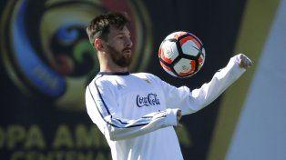 Messi la baja de pecho en un pasaje de la práctica realizada por el equipo argentino.