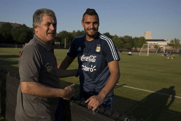 Un mano a mano. Ubaldo Matildo Fillol saludó a Chiquito Romero en la práctica.