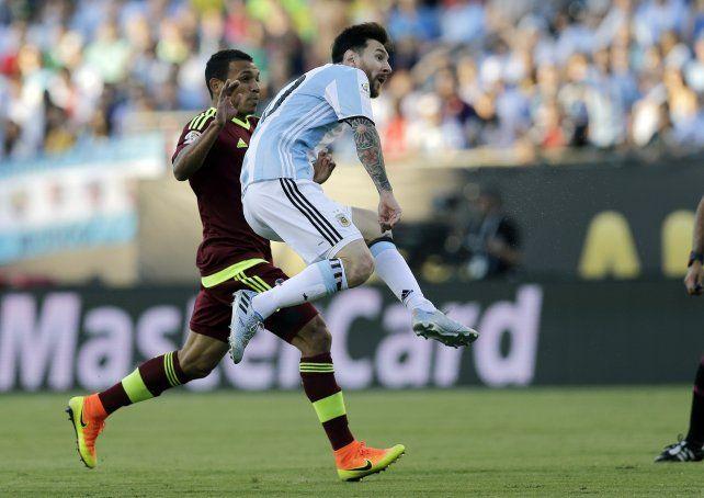 Lionel Messi busca el palo derecho del arquero Hernández ante la marca de Seijas.