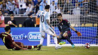 Messi mete la pelota entre las piernas del arquero Hernández y marca el 3 de Argentina.