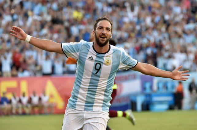 Higuain festeja su segundo gol y corre a buscar a sus compañeros.