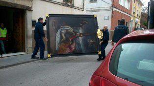 Rescate. La Guardia Civil retira una pintura de la vivienda del coleccionista en Bullas