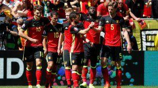 Todos con Lukaku. Los jugadores belgas saludan al goleador del partido.