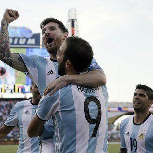 Con el alma. Messi y el Pipa Higuaín, grandes protagonistas en Boston. El rosarino llegó a los 54 gritos, los mismos de Bati.