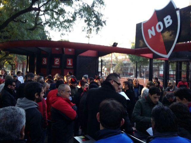 Los socios de Newells se apostaban desde temprano en las puertas del estadio cubierto.
