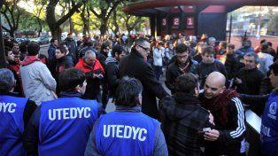Miles de socios de Newells se acercaron al club para emitir su voto.