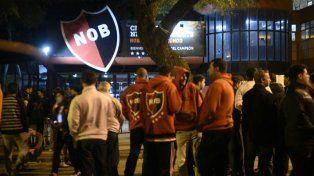 Los hinchas esperan por el resultado de los comicios presidenciales en Newells.