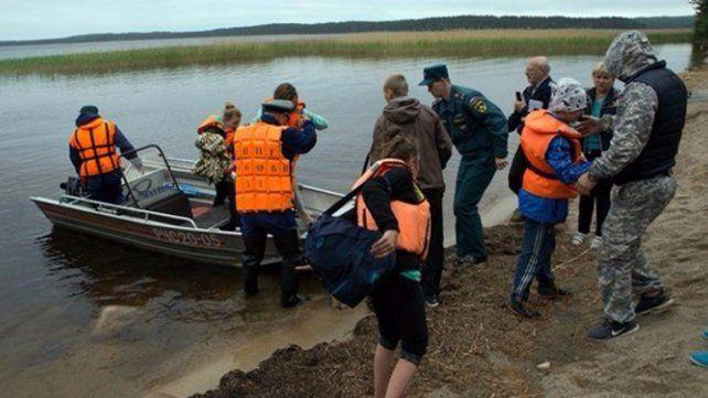 Murieron al menos diez niños y un adulto al volcar dos botes en un lago ruso