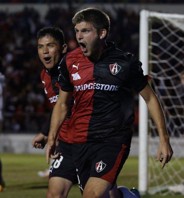 Seguro. El ex defensor de San Lorenzo viajó ayer a México. Puede desempeñarse de zaguero central o lateral izquierdo.