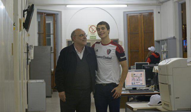 En el día del padre. Bermúdez mira feliz a su hijo Francisco durante la visita que hizo anoche a la redacción del diario.