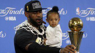 LeBron junto a su hija y la copa.