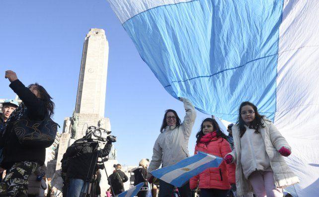 Unidos. No hay edad para abrazar siempre a la bandera en el acto que la recuerda cada año.