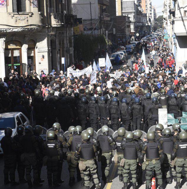 Contraste. Un nutrido pelotón de gendarmes evitó marchas opositoras.