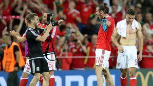Para la foto. Bale se ríe con ganas y posa tras la histórica clasificación.