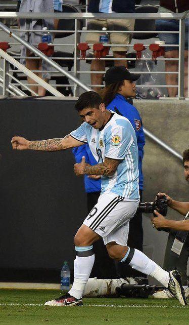 Festejo de acá. Ever Banega celebra su gol. Fue el segundo ante Chile.