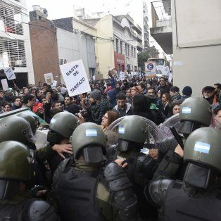 El tenso cruce entre gendarmes y manifestantes.