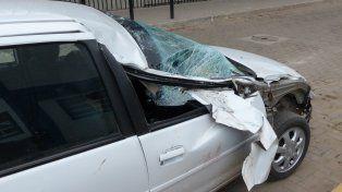 El automóvil con las huellas del impacto. Ocurrió ayer a la mañana en la zona sur de Rosario.