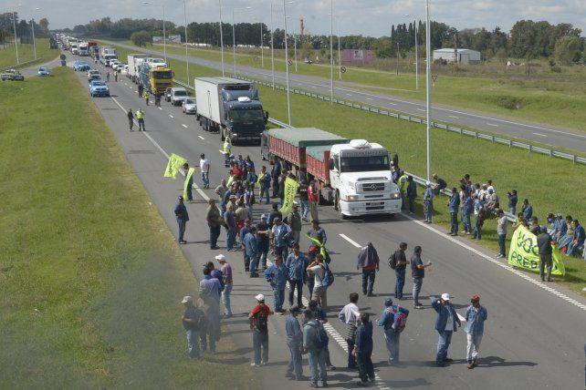 Levantaron el corte en la autopista a Buenos Aires pero amenazan con otros en el cordón industrial