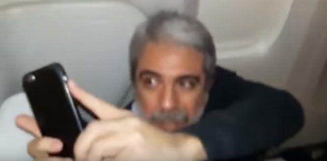 Aníbal Fernández fue escrachado y filmado por un pasajero durante un vuelo a Londres