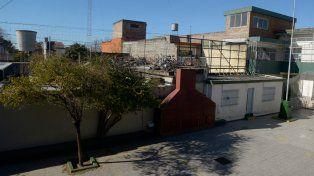 ¿Buenos vecinos? La pared que divide el patio de la escuela con el espacio que hace de respiradero a los calabozos de la comisaría 20ª.