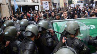 No pasarán. Momento en el cual los manifestantes se topan con un retén de Gendarmería.
