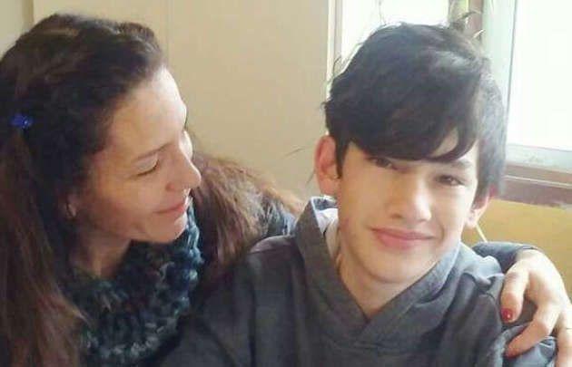 Final feliz. La mamá abraza a su hijo