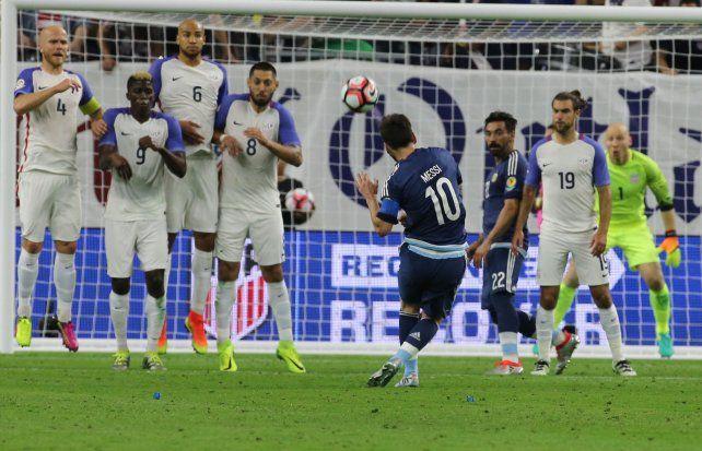 Pasó lo que tenía que pasar: Messi hizo un tiro libre y dejó atrás el récord de Batistuta