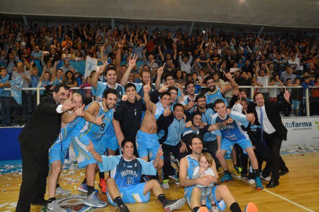 Fiesta en el sur. Fernández y su hijo celebran junto a compañeros de equipo.