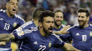 Lo gritó a lo Diego. Lavezzi celebra el primer gol y sus compañeros corren a abrazarlo. El festejo hizo recordar al tanto de Maradona en el Mundial 94