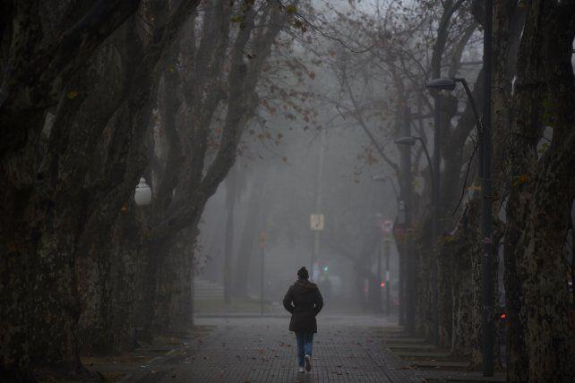 Una densa niebla cubre a toda la región. Precaución al salir a las rutas