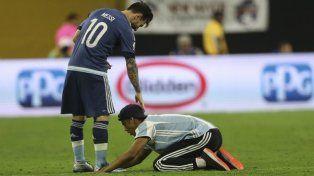 Messi tuvo un gesto de cariño con el fan que ingresó a la cancha a saludarlo.