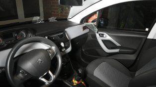 El coche de las víctimas que fue violentado por los ladrones. De allí sacaron llaves y documentos de las víctimas.