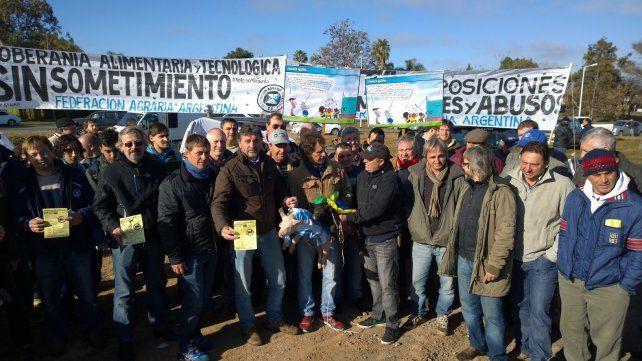 Los productores durante la protesta en el Puente Rosario-Victoria.